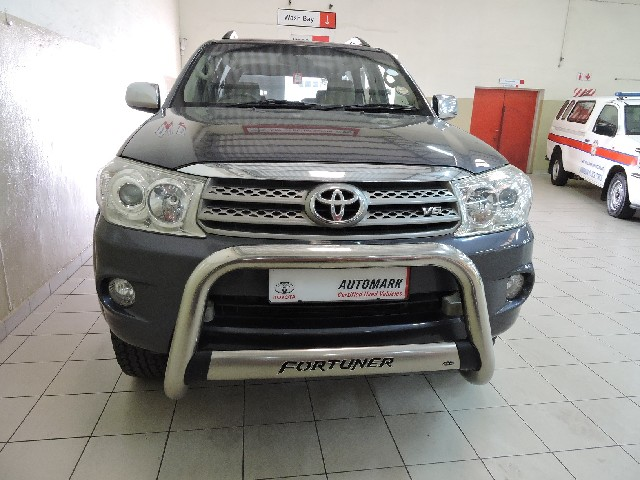 TOYOTA FORTUNER 4.0 V6 A/T 4X4 - Front