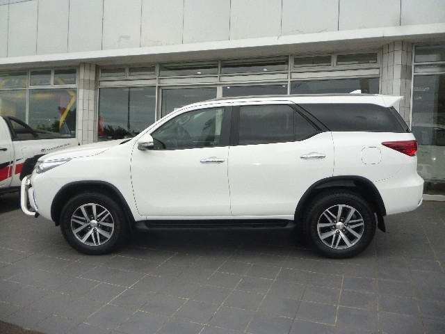 TOYOTA FORTUNER 2.8GD-6 4X4 - Side